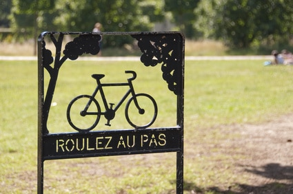 Panneau piste cyclable dans un parc