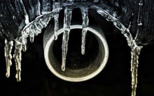 Du gel dans les tuyaux d'eau et les canalisations