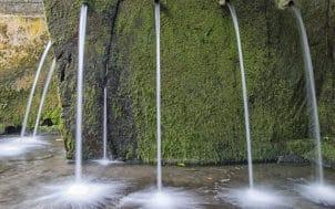 Une fontaine d'eau à trous