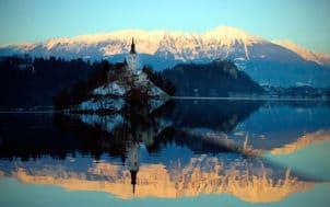 Le reflet sur l'eau d'une montagne et d'un clocher