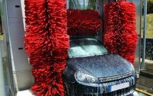 Une voiture lavée avec économie et propreté