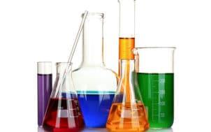 Du matériel de chimie de plusieurs couleurs