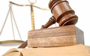 Le marteau du juge et la balance de la justice