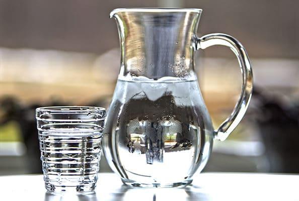 Carafe et verre d'eau fraîche