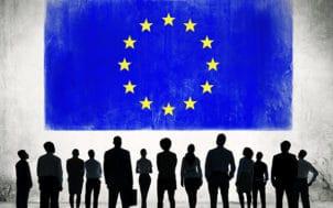 Drapeau européen et silhouettes